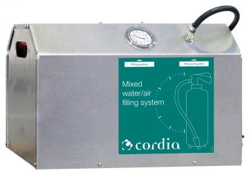 Mixed water/air loading system for extinguishers. Crédits :